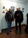 Fernando y Francisco con las obras azules de Fernando