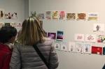 04 Visitantes contemplando las postales entre ellas las mias.