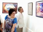 Visitantes contemplando las obras