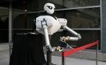 Un robot corta la cinta en la inaguración